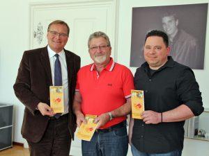 Von links: Oberbürgermeister Andreas Starke, Vorsitzender Günter Kolb und stellv. Vorsitzender Nick Gallenz