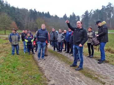 Die Wandergruppe hat ihr Ziel fest im Blick.