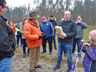 Förderverein-Vorsitzender Günter Kolb und seine Wandergruppe lauschen gespannt den Ausführungen von Michael Koch, dem Landwirt aus Zettelsdorf.