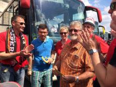 """Der FCN-Fanclub Ellertal Litzendorf hat unserem Verein spontan eine Spende gemacht. Auf dem Nach-Hause-Weg hat unser Vorsitzender Günter Kolb die Spende überreicht bekommen. Wir danken allen """"Clubberern"""" im Namen des Vereins."""